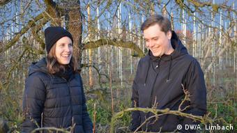 Franziska und Johannes Bohm auf dem heimischen Bioobsthof (Bild: DW/A. Limbach)