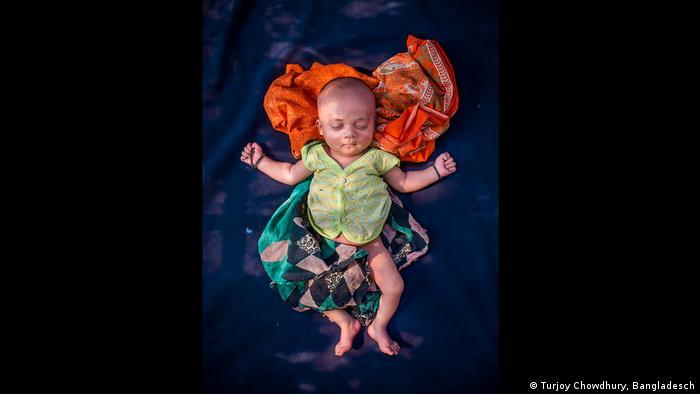 Bebê de 18 dias de idade, da minoria rohingya, expulsa de Myanmar