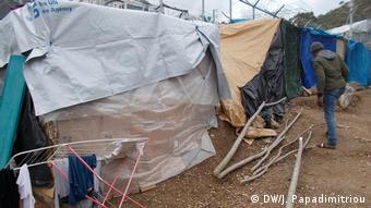 Οι πρόσφυγες προσπαθούν να θωρακίσουν όσο μπορούν τις σκηνές τους για τις κρύες μέρες του χειμώνα