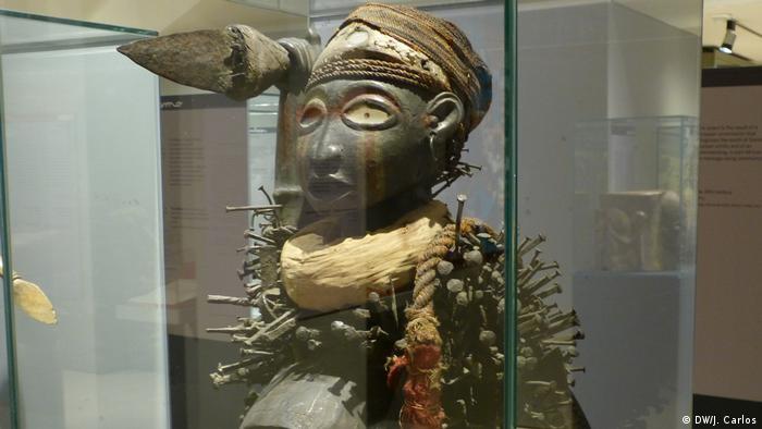 Estátua Nkisi Nkondi, da região de Angola e do Congo, exposta em Lisboa