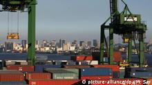 Brasilien Container im Hafen von Rio de Janeiro