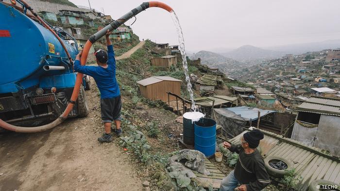 En San Juan de Miraflores, nueve de cada diez asentamientos estudiados no cuenta con acceso seguro a la red pública de agua ni está conectado a la de alcantarillado. El 76% se abastece a través de camiones cisterna y el 74% utiliza un silo o letrina para evacuar sus necesidades. Cuatro de diez asentamientos populares no cuenta tampoco con acceso seguro a electricidad, con medidor domiciliario.