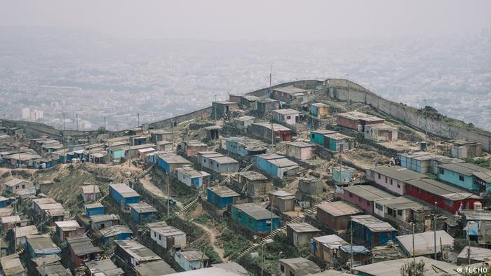 """El Distrito Central de San Juan de Miraflores, en Lima, es una de las cinco zonas de mayor concentración de pobreza urbana en Perú. Un estudio de TECHO en este sector identificó 138 asentamientos populares, donde residen más de 12.300 familias. Aquí se encuentra el llamado """"muro de la vergüenza"""", que los separa de un acomodado barrio de la capital."""