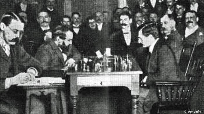 Foto der Schachweltmeisterschaft 1894: Emanuel Lasker und Wilhelm Steinitz spielen gegeneinander Schach. (gemeinfrei)