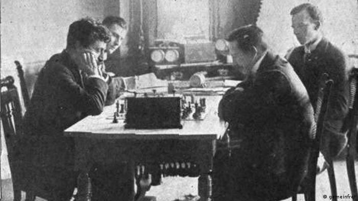 Emanuel Lasker am Schachtisch mit Gegner im Jahr 1908. (gemeinfrei)