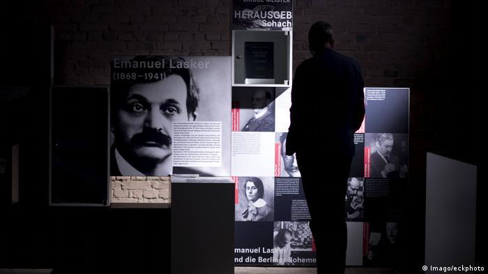 Blick in eine Ausstellung des deutschen Schachbunds mit großen Bildern von Emanuel Lasker sowie mehreren Texttafeln. (Imago/eckphoto)