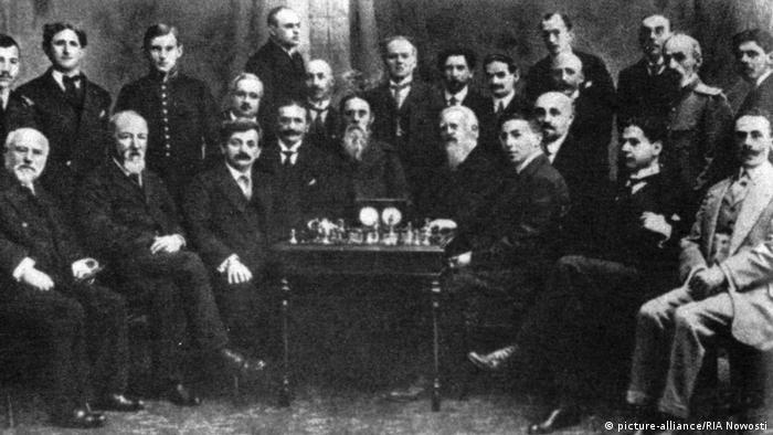 Emanuel Lasker (sentado, el tercero de la izqda.), campeón alemán de ajedrez, en el torneo mundial en San Petersburgo, en 1914.