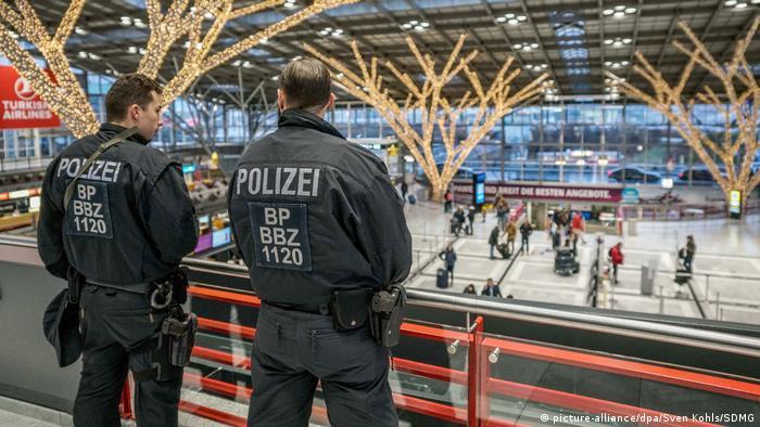 Deutschland Polizeipräsenz am Stuttgarter Flughafen (picture-alliance/dpa/Sven Kohls/SDMG)