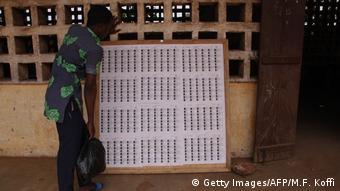 Un électeur vérifiant son nom sur les listes électorales