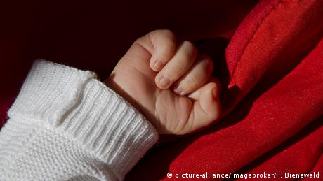 Foto simbólica de una mano de bebé