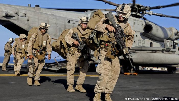 US Marines offload from a CH-53E Super Stallion helicopter from a mission aboard the Navy amphibious assault ship USS Makin Island in the Arabian Gulf in December 2014 (Imago/ZUMA Press/USMC/Cpl. D. Morgan)
