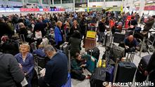 Großbritannien London Wartende Passagiere am geschlossenen Flughafen Gatwick