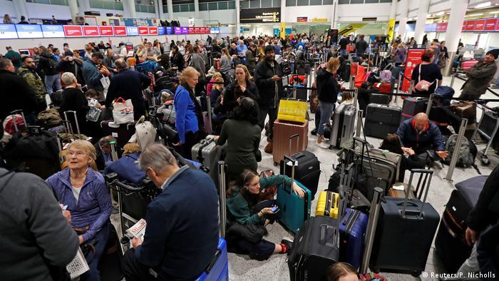 Passageiros aguardam no aeroporto de Gatwick, que foi fechado