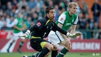 Keeper Fromlowitz (li.) rettete den Punkt für Hannover (Foto: AP)