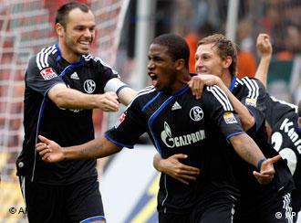 Torschütze Farfan (mi.) feiert mit Westermann (li.) und Höwedes das Schalker 1:0. (Foto: AP)