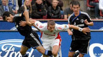 Podolski (mi.) machte sein erstes FC-Tor nach seiner Rückkehr (Foto: AP)