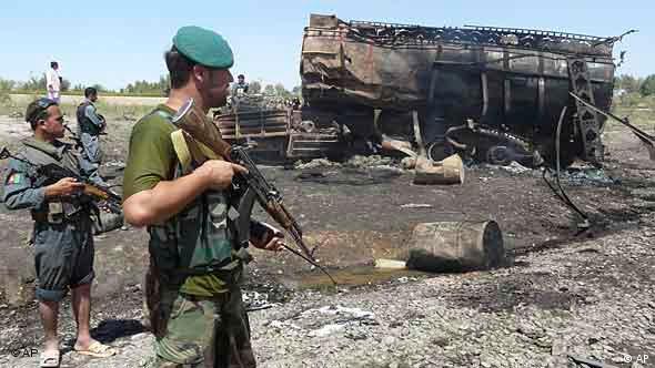 Афганские солдаты охраняют место нанесения авиаудара