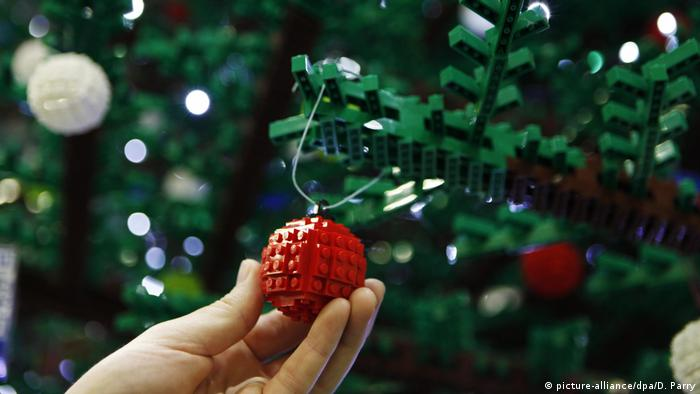 Lego Weihnachtsbaum (picture-alliance/dpa/D. Parry)