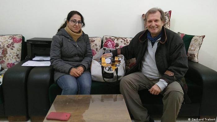 Gerhard Trabert (rechts) mit einer Mitarbeiterin des Waisenhauses Rainbow in Kobane (Gerhard Trabert)