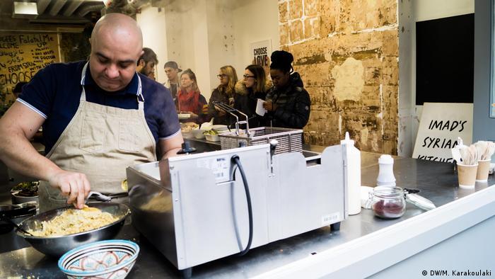 Syrischer Koch Imad Alarnab unterstützt Flüchtlinge in London (DW/M. Karakoulaki)