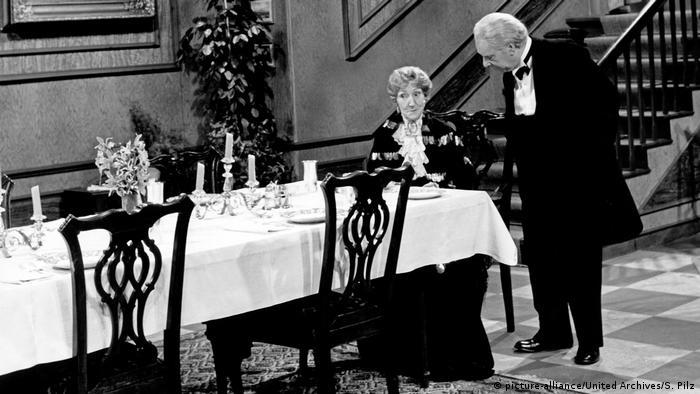 Filmszene Dinner for One oder Der 90. Geburtstag