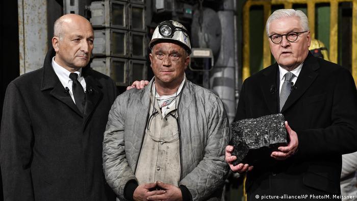 Deutschland Zeche Prosper-Haniel | Übergabe letztes Stück Steinkohle an Bundespräsident Steinmeier (picture-alliance/AP Photo/M. Meissner)