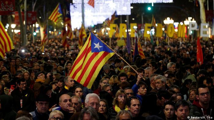 Протесты в Барселоне переросли в столкновения с полицией: Пострадали более 60 человек