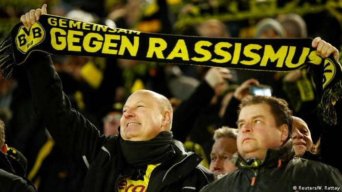 Unidos contra o racismo: torcedores do Dortmund erguem cachecol em ato por mais tolerância