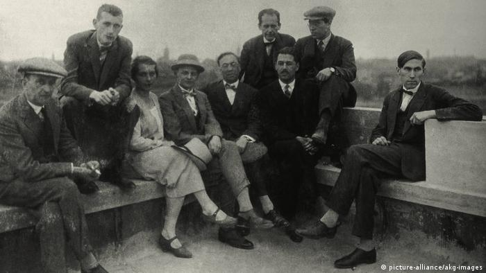Sachsen, Dessau: Gruppenfoto der Bauhausmeister im Jahr 1926 mit Gunta Stölzl (picture-alliance/akg-images)