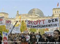 دارالحکومت برلن میں وفاقی جرمن پارلیمان کے قریب شہریوں کے ذاتی ڈیٹا کو محفوظ رکھے جانے کے حکومتی اقدامات کے خلاف ہونے والا ایک احتجاجی مظاہرہ