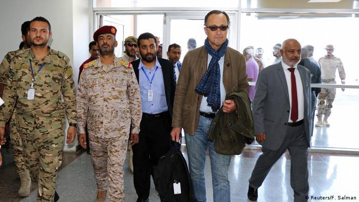 ورود پاتریک کامرت (دوم از راست)، به یمن