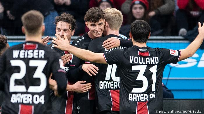 Kai Havertz being hugged by his teammates (picture-alliance/dpa/M. Becker)