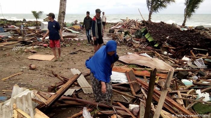 Moradores inspecionam os destroços de casas na praia de Carita, no estreito de Sunda