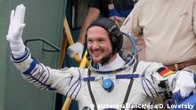 ARCHIV - 06.06.2018, Kasachstan, Baikonur: Der deutsche Astronaut Alexander Gerst winkt vor dem Abflug zur Raumstation ISS. (Zu dpa Deutscher Astronaut Gerst fliegt zurück zur Erde) Foto: Dmitri Lovetsky/AP POOL/dpa +++ dpa-Bildfunk +++