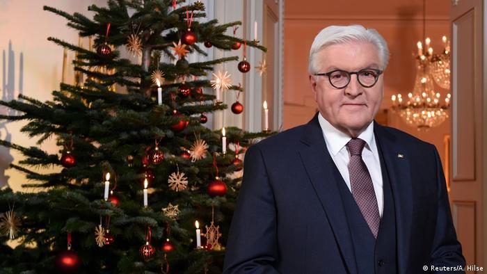 O presidente da Alemanha, Frank-Walter Steinmeier, ao lado de uma árvore de Natal
