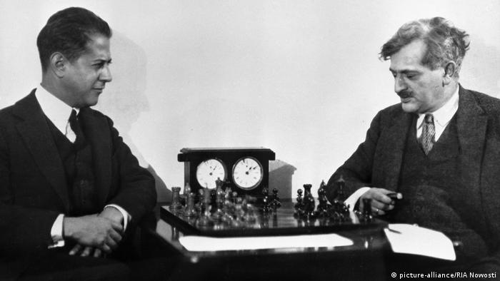 امانوئل لاسکر پس از ۲۷ سال سرانجام در سال ۱۹۲۱ در مقابل رائول کاپابلانکا با نتیجه ۹ بر ۵ تن به شکست داد. او در مقابل این قهرمان کوبایی هیچ بختی برای پیروزی نداشت. رائول کاپابلانکا را به خاطر بازیهای دقیق و زیبایش ماشین شطرنج مینامیدند.