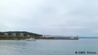 Хорватия, остров Крк. Береговые сооружения для приема плавучего СПГ-терминала