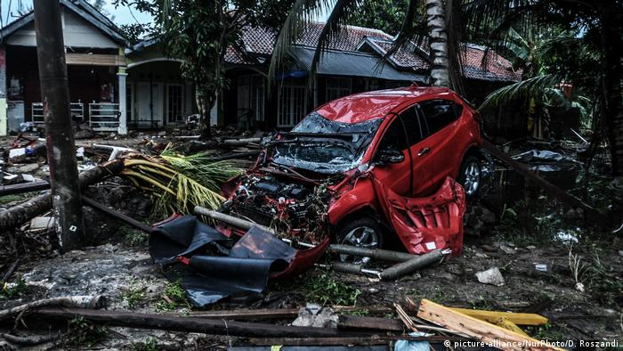 Destroços deixados pela passagem de um tsunami na Indonésia