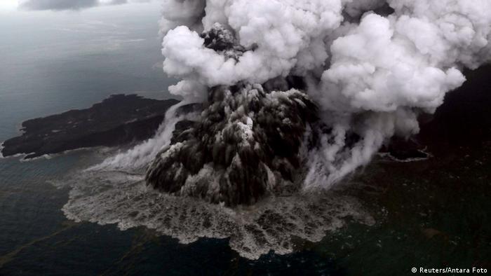 Patlayan Anak Krakatau yanardağı