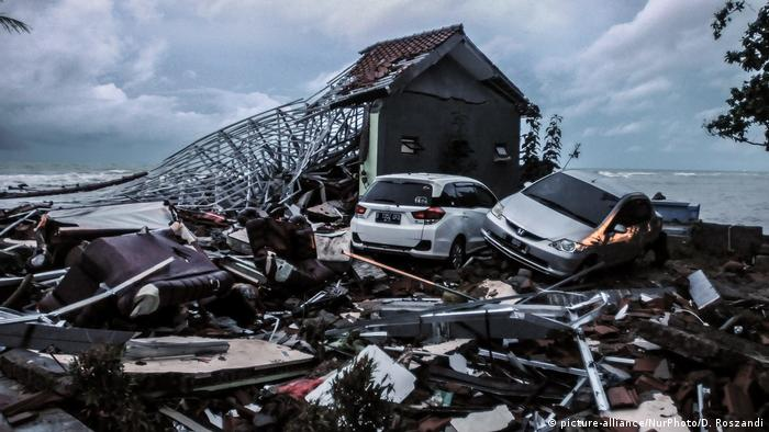 Indonesien Nach dem Tsunami (picture-alliance/NurPhoto/D. Roszandi)