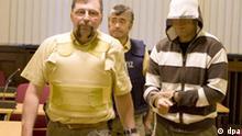 Das mutmaßliche Mitglied der Terrororganisation El Kaida, Sermet I., wird am Montag (14.09.2009) in den Sitzungssaal des Oberlandesgerichts in Koblenz geführt. Die Bundesanwaltschaft wirft ihm und einem anderen Mann aus Sindelfingen (Kreis Böblingen) vor, Geld und Kampfgerät für das Terrornetzwerk El Kaida beschafft zu haben. Einer der beiden soll zudem für die Rekrutierung von «Kämpfern» in Deutschland zuständig gewesen sein. Der Prozess vor dem Staatsschutzsenat begann unter strengen Sicherheitsvorkehrungen. Foto: Denise Hülpüsch dpa/lrs/lsw (zu dpa 4112 vom 14.09.2009) +++(c) dpa - Bildfunk+++