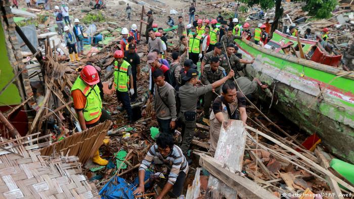 Indonesien Süd Sumatra Tsunami Rettungsarbeiten