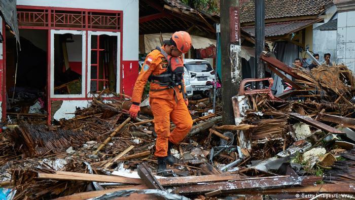 Indonesien Carita Tsunami Rettungsarbeiten