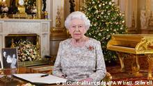 ACHTUNG: SPERRFRIST 24. DEZEMBER 00:01 UHR. - 23.12.2018, Großbritannien, London: Das am 23.12.2018 zur Verfügung gestellte Foto zeigt Königin Elisabeth II., nachdem sie ihre jährliche Weihnachtsbotschaft im White Drawing Room im Buckingham-Palast aufgenommen hat. Foto: John Stillwell/PA Wire/dpa +++ dpa-Bildfunk +++ |