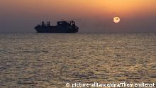 Mittelmeer | Frachter vor Sonnenuntergang