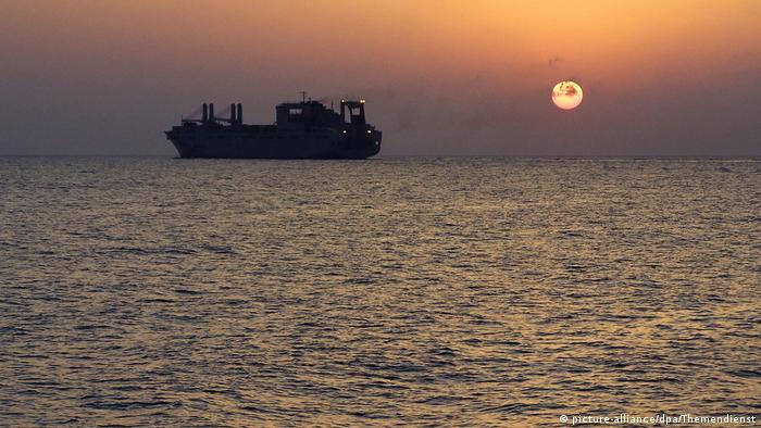Mittelmeer   Frachter vor Sonnenuntergang