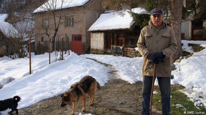 Ivica Šanjić ispred svoje kuće s psima koje je uzeo s ulice (DW/Z. Ljubas)