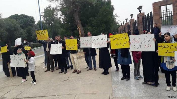گروهی از خانوادههای کارگران بازداشتی گروه ملی فولاد ایران در اهواز دست به تجمع اعتراضی زده و خواستار آزادی آنان شدند