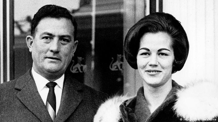 El entonces candidato a la presidencia de Bolivia, René Barrientos, visitó Zúrich, Suiza, en enero de 1966 junto a su esposa (en la imagen). Ganaría las elecciones (y no era la primera vez que dirigía el Gobierno boliviano), pero tres años después murió en un accidente de helicóptero en Arque, Cochabamba. (27.04.1969)