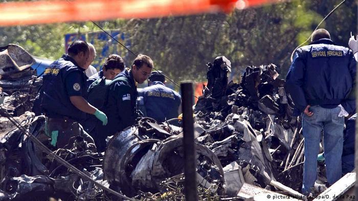 El avión en que viajaba el ministro del Interior mexicano se estrelló en pleno Distrito Federal de México el 4 de noviembre de 2008. (En la imagen, los investigadores examinan el lugar al día siguiente). (04.11.2008)